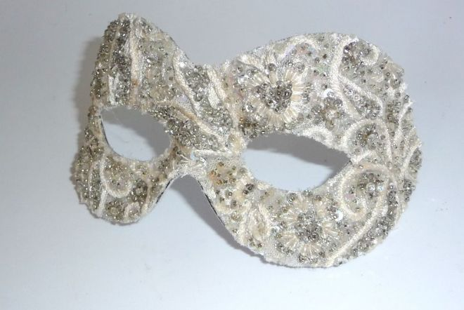 Baroque style filigree silver & Cream masquerade mask (1)